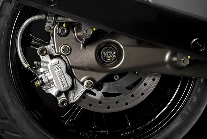 Μεγάλο δισκόφρενο µε τριπίστονη δαγκάνα, ABS (CBS 125cc) και σωληνάκια υψηλής πίεσης