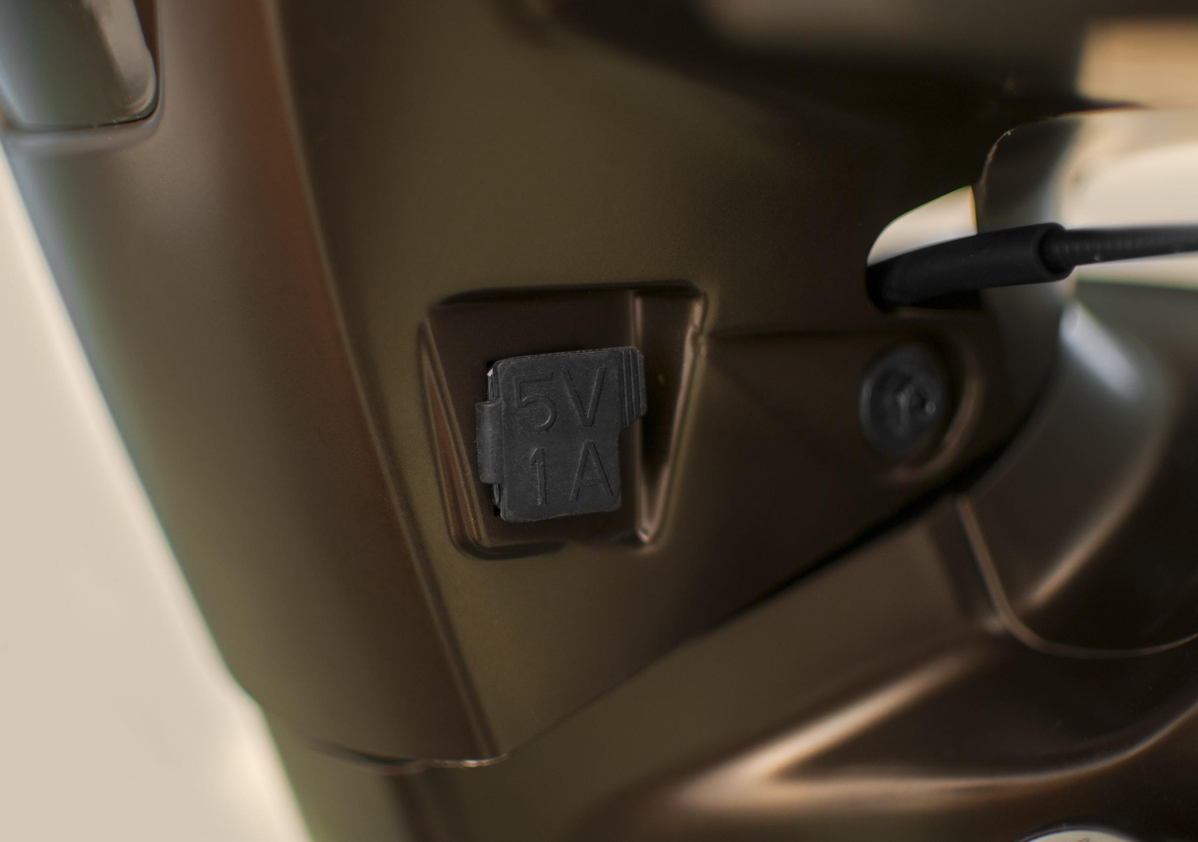 Πρακτική θύρα φόρτισης USB στο τιμόνι