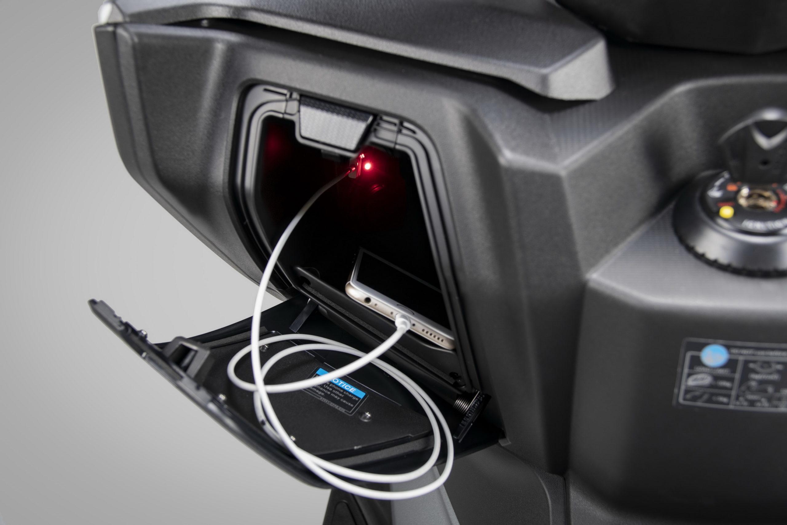 Θύρα USB 12V στον αποθηκευτικό χώρο κάτω από το τιμόνι